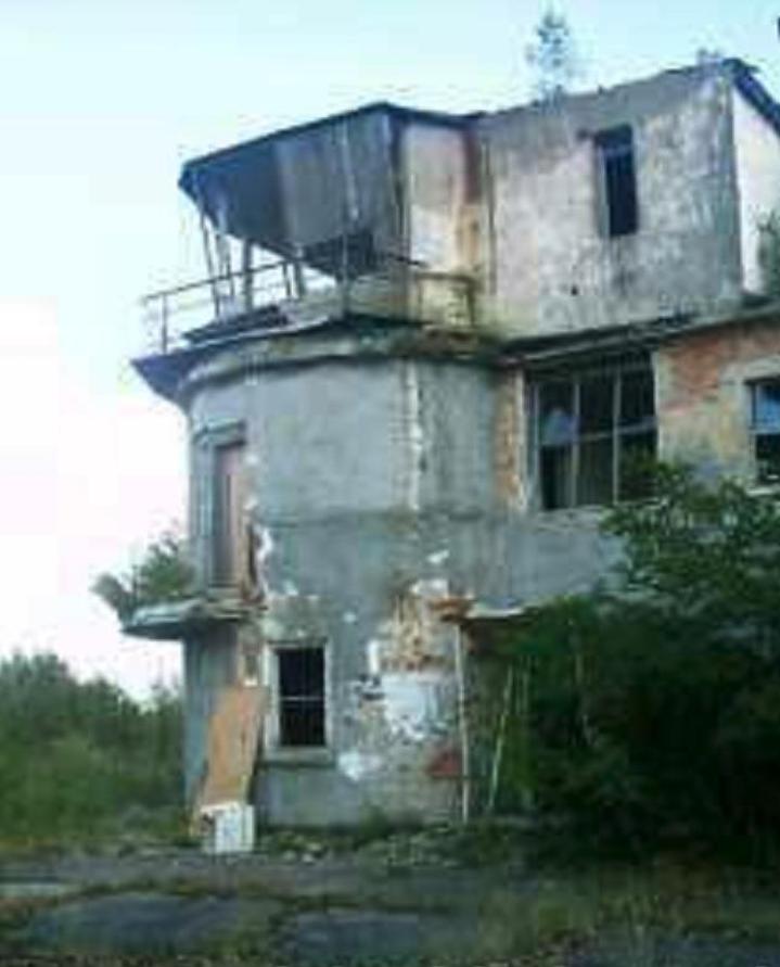 Lotnisko Krzywa, pierwsza wieża kontroli lotów. 2005 rok. Zdjęcie LAC