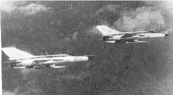 Para MiG-21 PFM ( nb 5614 ) w locie. 1979r.<