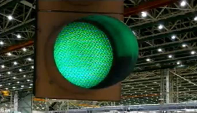 Zielone światło oznacza, że samolot ruszył na linii montażowej, z prędkością 5 cm/minutę.