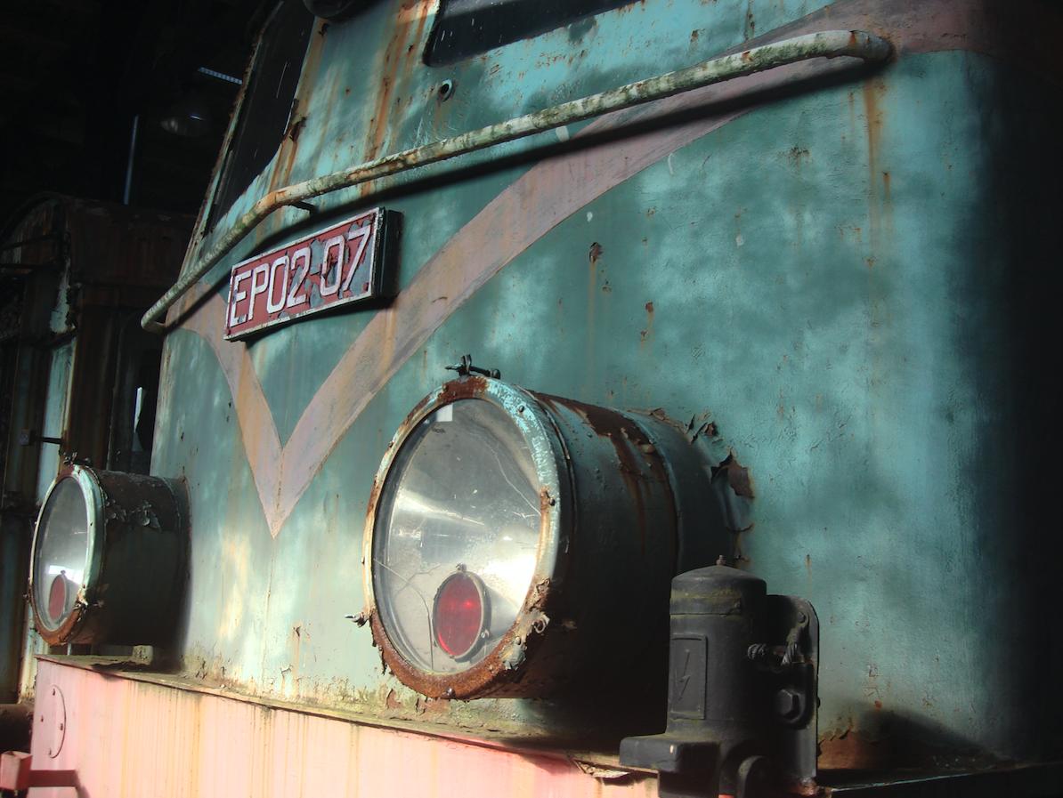 EP02-07. Po prawej strony element elektrycznego ogrzewania wagonów. 2011 rok. Zdjęcie Karol Placha Hetman
