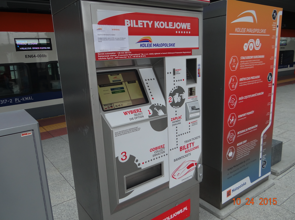Automat biletowy na stacji kolejowej Lotnisko-Balice. 2015 rok. Zdjęcie Karol Placha Hetman