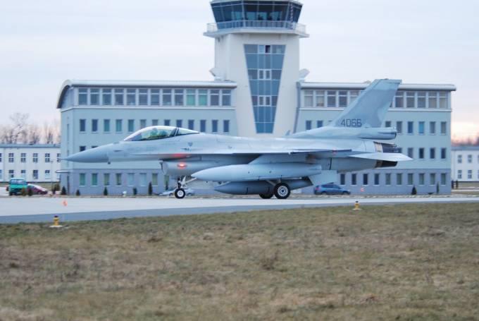 F-16 C nb 4066 na tle portu lotniczego. Samolot właśnie przybył do Rzeczypospolitej. Ma jeszcze zasłonięte znaki rozpoznawcze. 2008r.