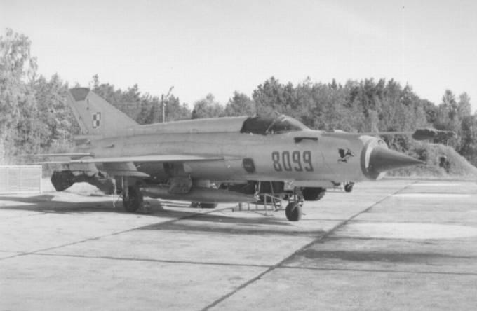 MiG-21 MF nb 8099 na kadłubie godło 10 PLM. Lotnisko Łask 1990r.