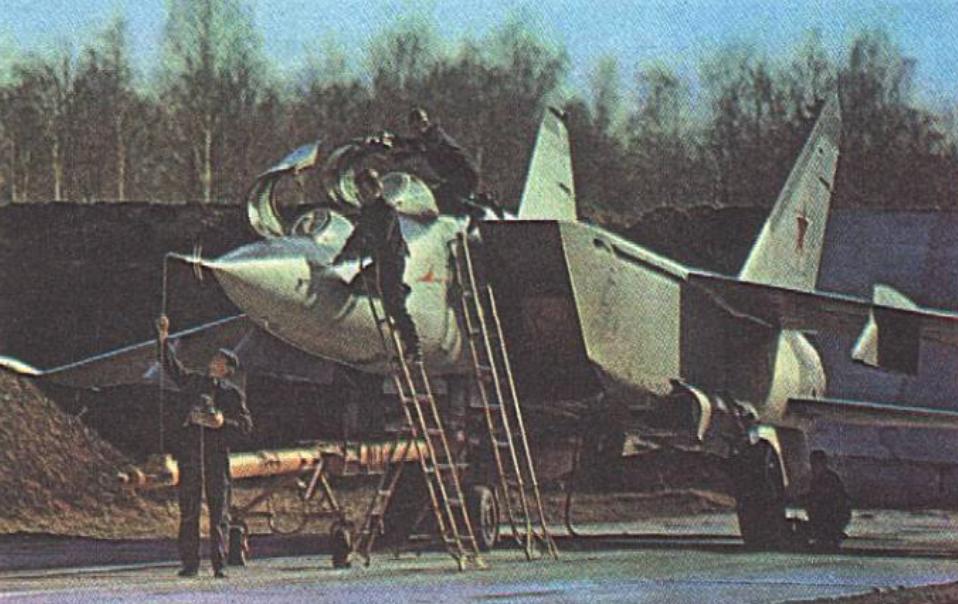 MiG-25 U na lotnisku. 1978 rok. Zdjęcie LAC