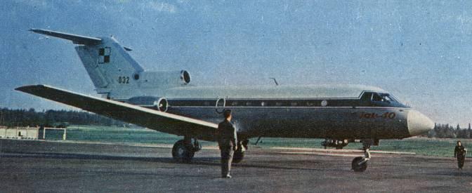 Jak-40 nb 032. Drugi egzemplarz dostarczony wojsku, w typowym malowaniu do 1993r. 1977r.