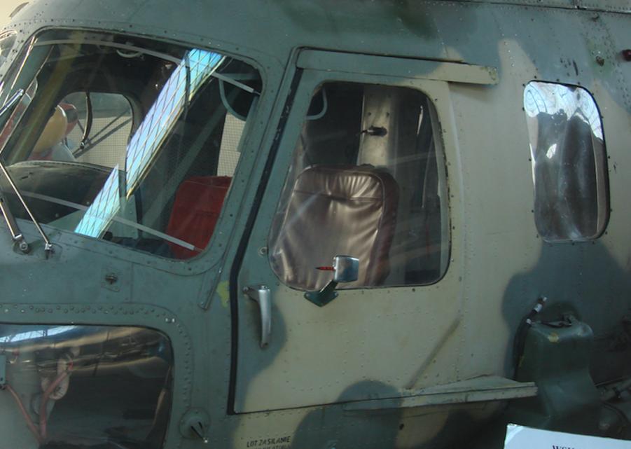 Mi-2. Później pilot miał do dyspozycji odsuwane do tyłu drzwi. 2006 rok. Zdjęcie Karol Placha Hetman