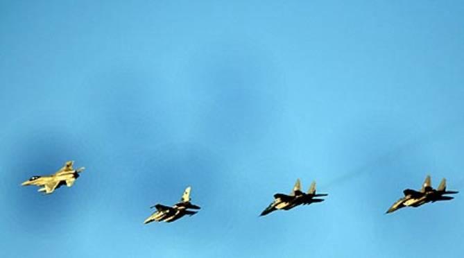 PL F-16 C nr 4043, 4044 w towarzystwie PL MiG-29 nad Krzesinami. 8.11.2006r.