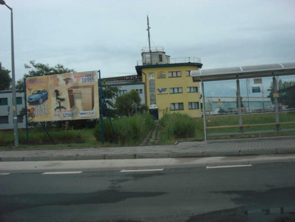 Wieża kontroli lotów, a jednocześnie hangar Nr 5. 2010 rok. Zdjęcie Karol Placha Hetman