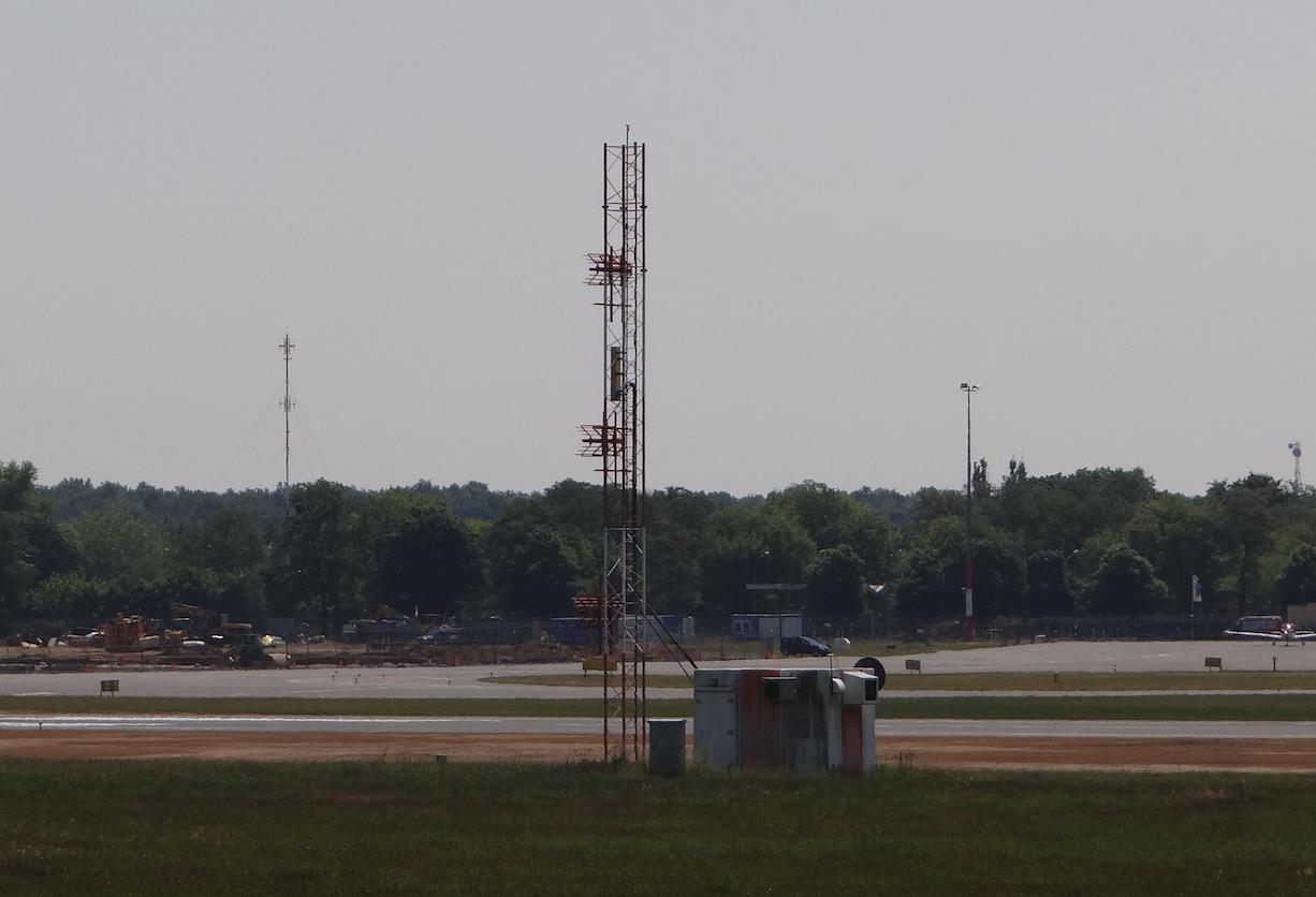 Część systemu ILS. Lotnisko Ławica 2015 rok. Zdjęcie Karol Placha Hetman