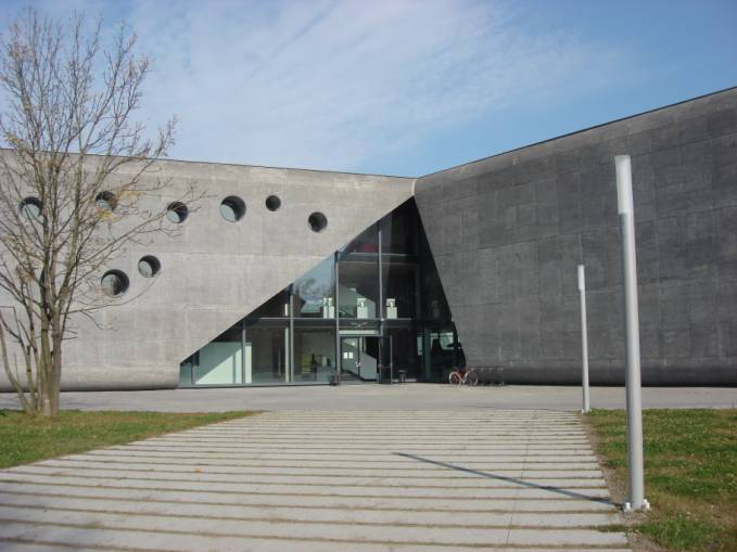 Główne wejście do budynku i MLP. 2010r.