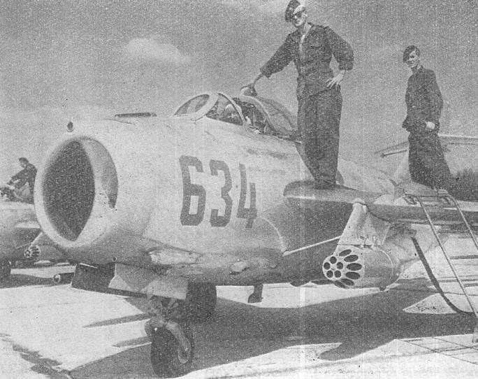 Lim-6 bis nb 634 30 PLM-Sz na Lotnisku Siemirowice podczas obsługi. Przypuszczalnie koniec 60-tych lat.