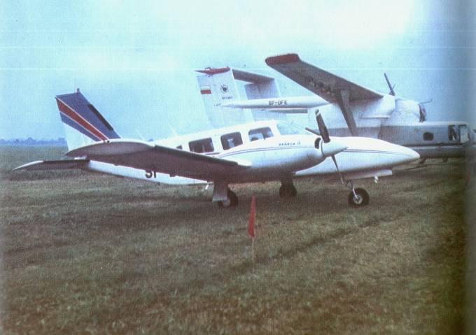 PA-34 Seneca II rejestracja SP-DKC. Na drugim planie samolot rolniczy M-15 Belfegor rejestracja SP-OFE. Mielec 1979r.