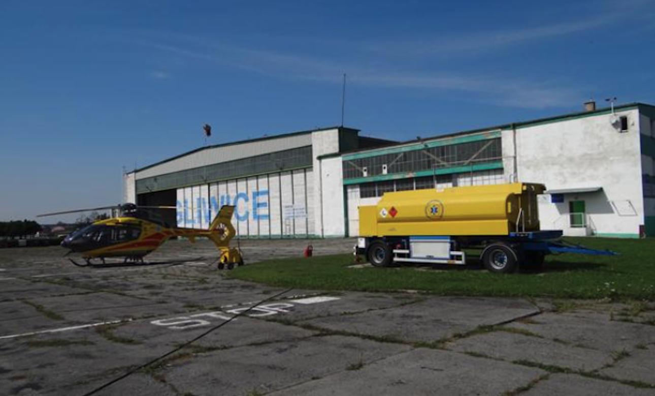 Lotnisko Gliwice. Duży i mały hangar. 2012 rok. Zdjęcie Karol Placha Hetman