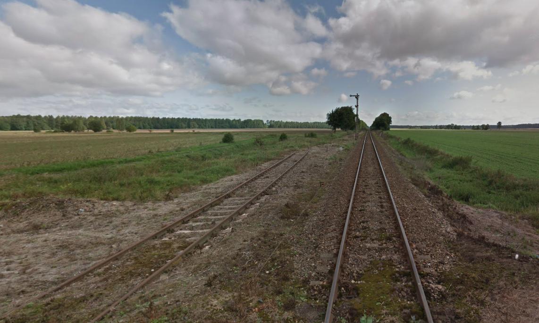 Stacja kolejowa Lipka Krajeńska. Lewy tor to bocznica na lotnisko. Widok w kierunku północno-wschodnim.2012 rok. Zdjęcie LAC