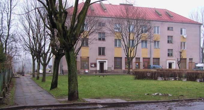 Blok mieszkalny w centrum Osiedla mieszczący kiedyś sklepy; spożywczy, mięsny, przemysłowo-odzieżowy. 2008r.