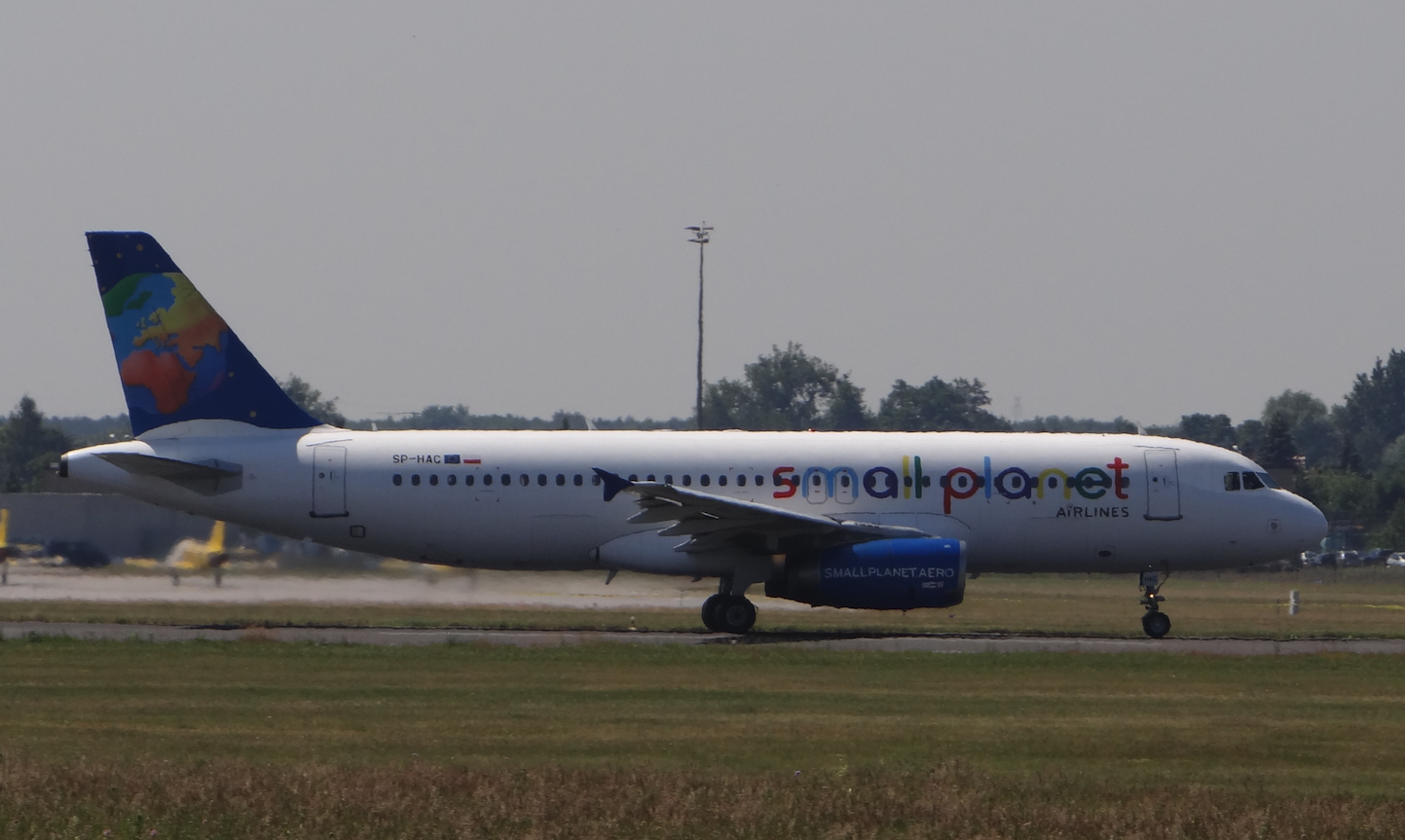 Airbus A.320 SP-HAC linii Small Planet. Lotnisko Ławica. 2015 rok. Zdjęcie Karol Placha Hetman